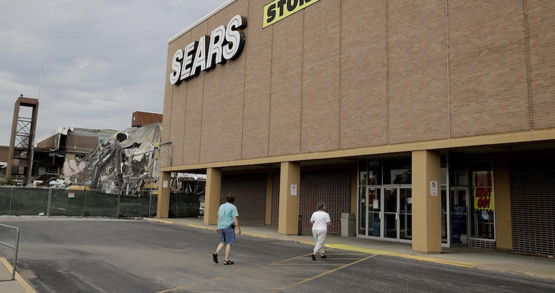 3531b7106d8b6 Esta foto de archivo del 8 de julio del 2017 muestra a gente caminando a  una tienda de Sears que va a cerrar