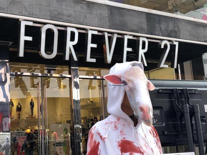 bcaa3b2e07 Una persona vestida con una máscara ovina protesta contra el maltrato de  ovejas en Times Square. Foto  EFE.