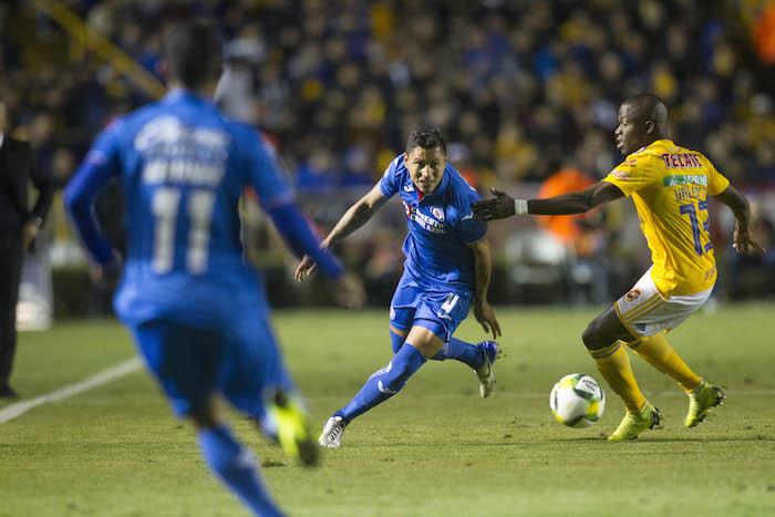 a9e3979d5 Cruz Azul derrota a Tigres con gol de Elías Hernández y consigue su ...