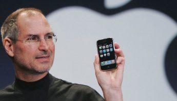 apple-steve-jobs-iphone-AP_070109066608-1