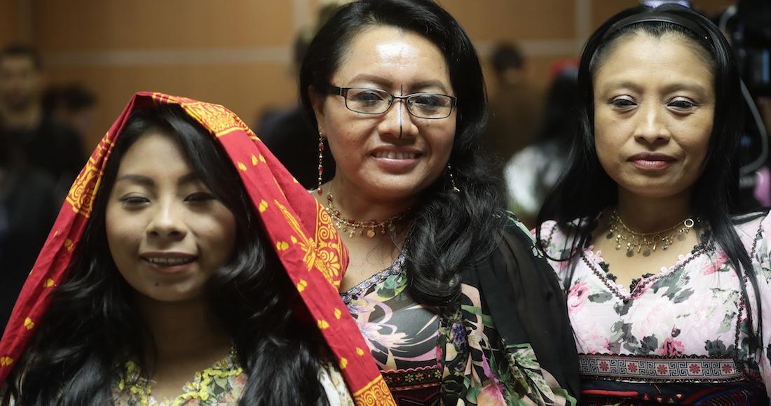 fa96381426 Indígenas gunas posan usando vestidos tradicionales decorados con molas  después de que la comunidad indígena demandara a Nike que removiera su  diseño de un ...