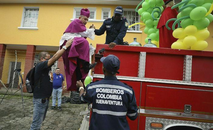 El padre Ruben Dario dice que va a exorcizar Buenaventura desde un helicóptero