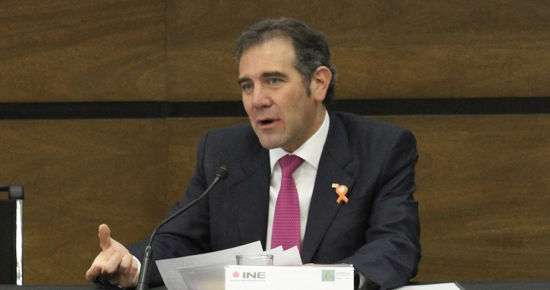"""PRD y PAN califican como """"ilegal y tramposa"""" la propuesta de AMLO para donar sus recursos al INE"""