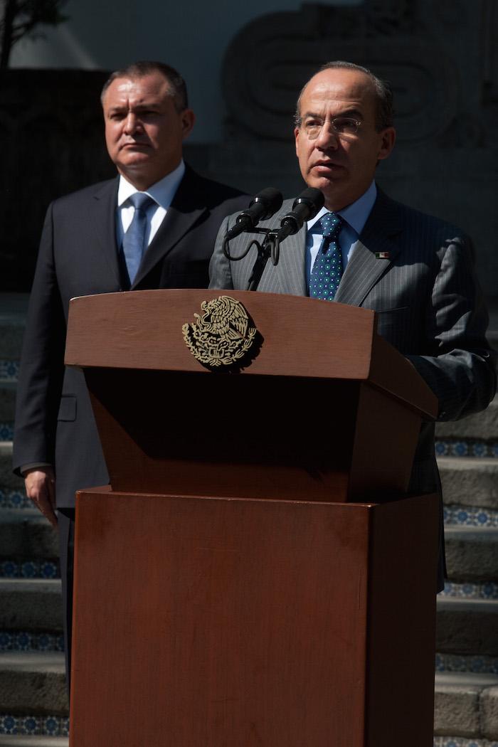 Genaro García Luna, ex Secretario de Seguridad Publica, y Felipe Calderón Hinojosa, ex Presidente de Mexico, durante el mensaje sobre la publicación de la ley general para prevenir y sancionar los delitos en materia de secuestro. Foto: Ivan Stephens, Cuartoscuro