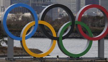 Los Anillos Olímpicos entran en una balsa a la bahía de Tokio, viernes 17 de enero de 2020