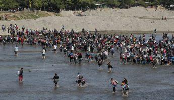 Migrantes cruzan a Mexico