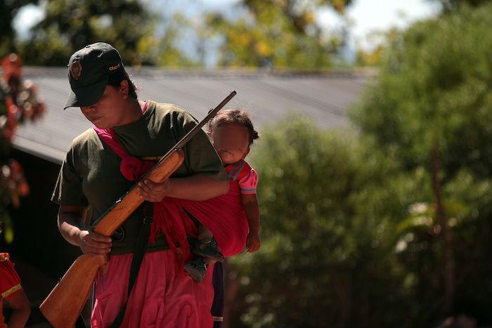 Fotografía fechada el 14 de enero de 2020, que muestra a una mujer con un arma mientras vigila su población, en la comunidad de Alcozacán, en el estado de Guerrero (México). Foto: José Luis de la Cruz, EFE