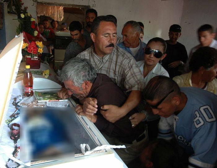 Familiares dan el 10 de junio de 2010, en Ciudad Juárez (México), el último adiós a Sergio Adrián Hernández Güereca, de 14 años de edad, quien murió el pasado 7 de junio en el lado mexicano de la frontera con Estados Unidos, tras los disparos de un agente estadounidense. Foto: EFE/Ignacio Ruiz/Archivo
