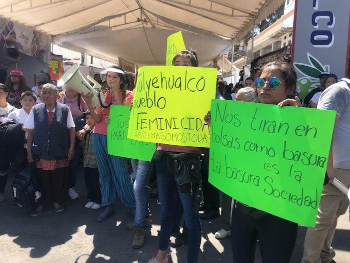 """""""Tulyehualco pueblo feminicida"""", se lee en una de las pancartas de los vecinos que protestan por el homicidio de Fátima. Foto: Cri Rodríguez, SinEmbargo"""