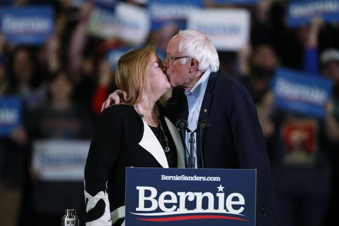 El precandidato presidencial demócrata Bernie Sanders, Senador por Vermont, besa a su esposa Jane durante un acto de campaña, el domingo 16 de febrero de 2020, en Denver. Foto: David Zalubowski, AP