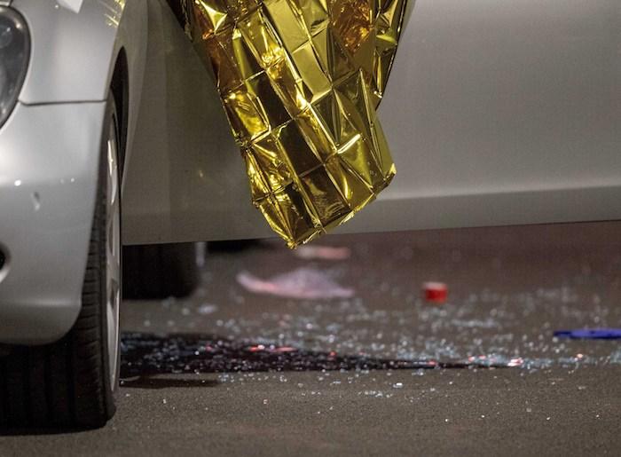 Un auto cubierto con mantas de rescate está frente a un bar en Hanau, Alemania, el jueves 20 de febrero de 2020. Foto: Michael Probst, AP