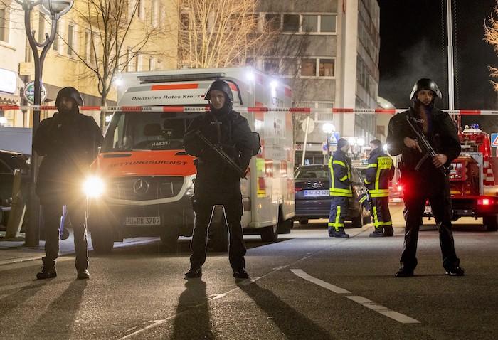 Policías vigilan frente a un restaurante en el centro de Hanau, Alemania, el jueves 20 de febrero de 2020. Foto: Michael Probst, AP