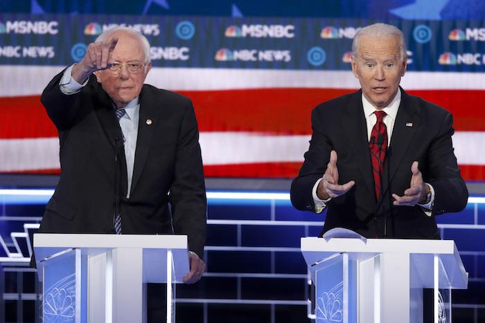 Los aspirantes a la candidatura demócrata a la Presidencia de Estados Unidos Bernie Sanders, Senador independiente de Vermont, y Joe Biden, ex Vicepresidente de Estados Unidos, hacen gestos durante un debate para las primarias demócratas, el miércoles 19 de febrero de 2020 en Las Vegas, ofrecido por NBC News y MSNBC. Foto: John Locher, AP