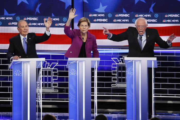 Michael Bloomberg (izq) y Elizabeth Warren (centro) piden la palabra mientras Bernie Sanders habla durante el debate de los aspirantes demócratas a la Presidencia del 19 de febrero en Las Vegas. Foto: John Locher, AP