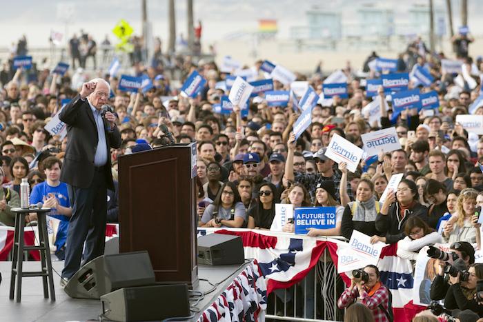 En imagen de archivo del 21 de diciembre de 2019, el precandidato demócrata a la Presidencia, el Senador Bernie Sanders, ofrece un discurso durante un acto de campaña en Venice, California. Foto: Kelvin Kuo, archivo, AP