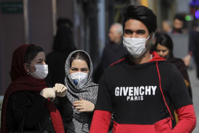 Peatones con mascarillas para protegerse del coronavirus en el centro de Teherán, Irán, el domingo 23 de febrero de 2020. Foto: Ebrahim Noroozi, AP