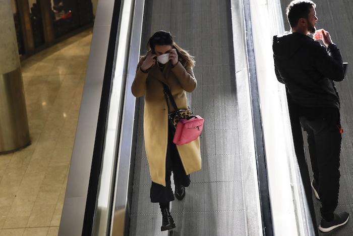Una mujer con una mascarilla pasa por la estación Central en Milán, Italia, el lunes 24 de febrero de 2020. Foto: Luca Bruno, AP