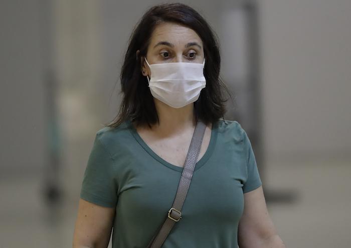 Una pasajera que usa una máscara como precaución contra la propagación del nuevo coronavirus COVID-19 llega al Aeropuerto Internacional de Sao Paulo en Brasil, el miércoles 26 de febrero de 2020. Foto: Andre Penner, AP