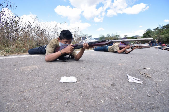 Niños son instruidos en el manejo de armas para poder formar parte de la Coordinadora Regional de Autoridades Comunitarias – Pueblos Fundadores (CRAC-PF) con el fin de brindar seguridad. Foto: Dassaev Téllez Adame, Cuartoscuro