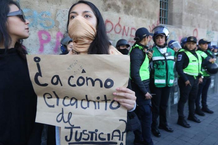 Mujeres integrantes de varios colectivos se manifestaron afuera de Palacio Nacional por el feminicidio de la niña Fátima en la Ciudad de México. Foto: Victoria Valtierra, Cuartoscuro