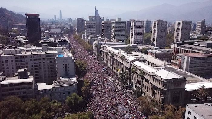 Imagen aérea del centro del Santiago durante la multitudinaria marcha realizada este domingo 8 de marzo con motivo del Día Internacional de la Mujer, en Santiago (Chile). Foto: Rodrigo Sáez, EFE