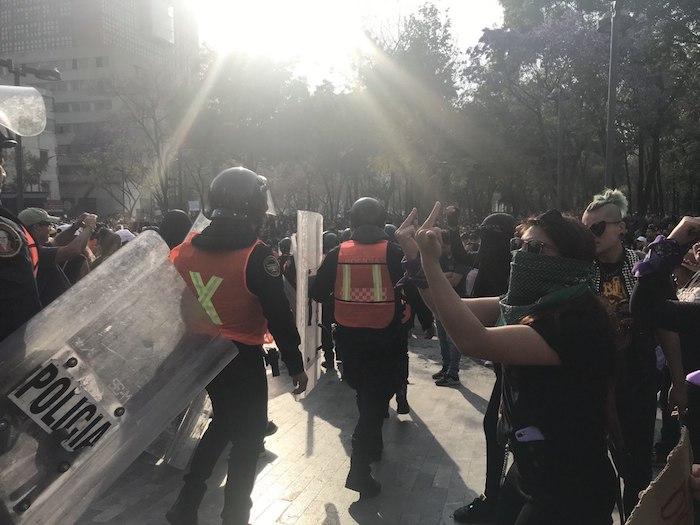 Mujeres enfrentan a policías de la Ciudad de México. Foto: Daniela Barragán, SinEmbargo