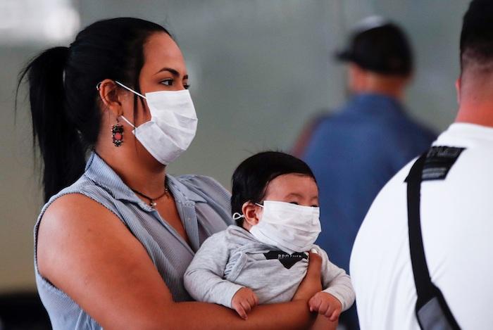 Una mujer y un bebé fueron registrados al usar mascarillas en el aeropuerto Arturo Merino Benítez de Santiago de Chile. Foto: EFE/Alberto Valdés/Archivo