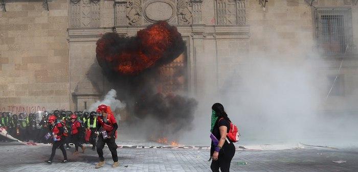 """Una vez que varios contingentes arribaron al Zócalo de la Ciudad de México, personas encapuchadas lanzaron bombas molotov, hecho que se atribuyó a """"infiltrados"""". Foto: Sugeyry Gándara, SinEmbargo"""