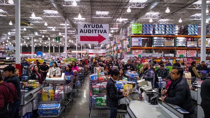 Vista general del viernes pasado de personas realizando compras en centros comerciales en la ciudad de Tijuana en el estado de Baja California (México). Foto: Joebeth Terriquez, EFE