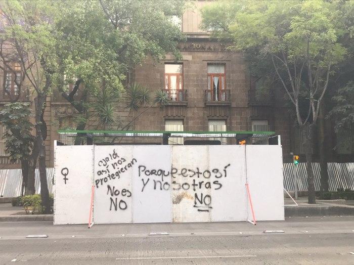 En la protesta algunas mujeres se quejaron de la protección que fue colocada de manera previa a edificios y monumentos, con el objetivo de que no fueran pintados por las manifestantes. Foto: Daniela Barragán, SinEmbargo