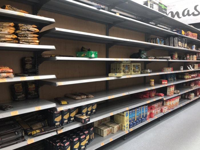 Los alimentos se están acabando rápidamente en los supermercados de la capital del país. Foto: Daniela Barragán, SinEmbargo