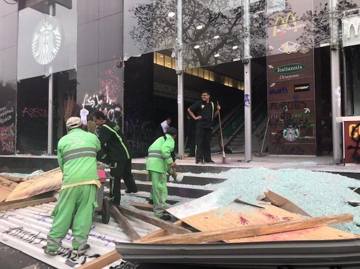 Durante la movilización, algunas mujeres realizaron pintas y destrozos en negocios del Centro Histórico. Foto: Daniela Barragán, SinEmbargo