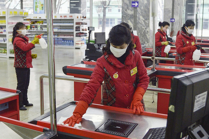 Trabajadoras de un supermercado desinfectan las cajas ante la creciente preocupación por el brote de un coronavirus, en Pyongyang, Corea del Norte, el 28 de febrero de 2020. Foto: Kyodo News vía AP