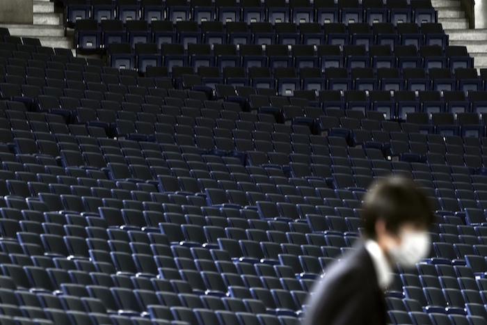 Un trabajador camina durante un juego de pretemporada de béisbol sin espectadores, en el Tokyo Dome, en Tokio, el sábado 29 de febrero de 2020. Foto: Eugene Hoshiko, AP