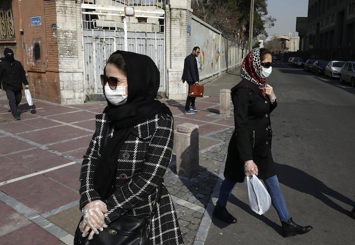Varios peatones, algunos portando mascarillas, caminan en el centro de Teherán, Irán, el jueves 27 de febrero de 2020. Foto: Vahid Salemi, AP