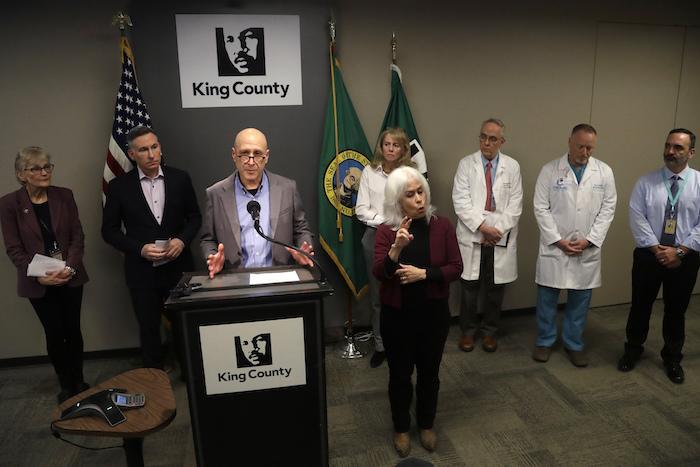 El doctor Jeff Duchin, inspector de salud pública para el condado Seattle & King, da una conferencia de prensa en Seattle, el sábado 29 de febrero de 2020, tras el fallecimiento de un hombre en el estado de Washington que se convirtió en la primera víctima mortal del coronavirus en Estados Unidos. Foto: Elaine Thompson, AP