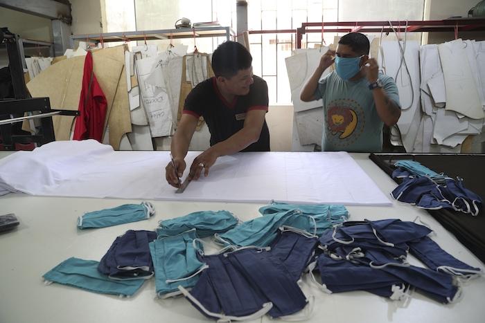 Empleados hacen mascarillas en un negocio textil en el barrio de Gamarra en Lima, Perú, 4 de marzo de 2020. Foto: Martin Mejia, AP