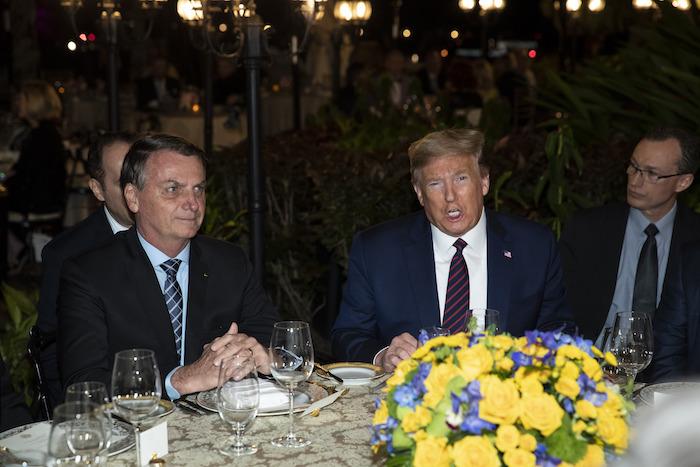 El Presidente Donald Trump conversa con el mandatario brasileño Jair Bolsonaro antes de una comida en la residencia Mar-a-Lago en Palm Beach, Florida, el sábado 7 de marzo de 2020. Foto: Alex Brandon, AP