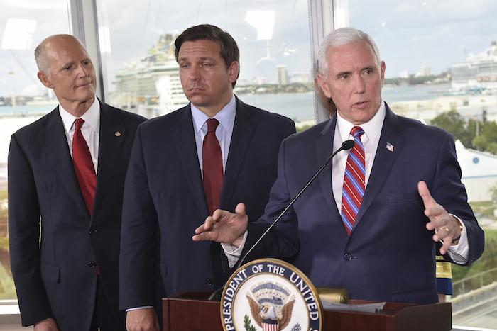 El Vicepresidente Mike Pence, a la derecha, habla ante los medios el sábado 7 de marzo de 2020, en Fort Lauderdale, Florida. Foto: Gastón de Cárdenas, AP