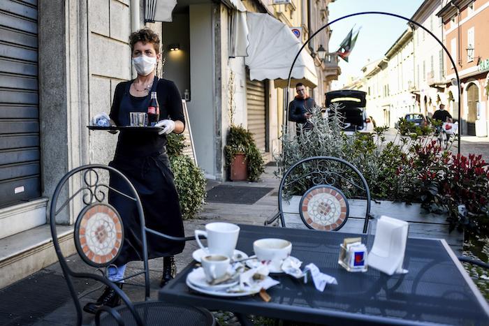 Una persona con máscara debido al brote de coronavirus en Codogno, Lombardía, norte de Italia, el 11 de marzo del 2020. Foto: Claudio Furlan/LaPresse vía AP