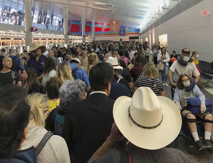 En esta imagen proporcionada por Austin Boschen, gente esperando a pasar la aduana en el Aeropuerto Internacional de Dallas Fort Worth en Grapevine, Texas, el sábado 14 de marzo de 2020. Saturday, March 14, 2020. Foto: Austin Boschen vía AP