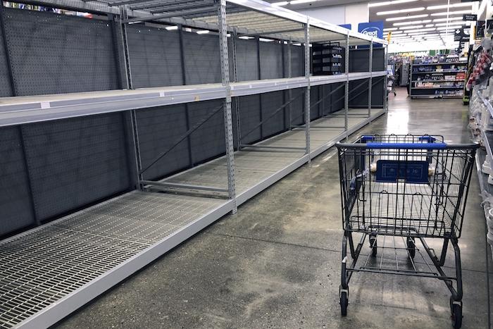 Estantes vacíos en una tienda de Walmart el sábado 14 de marzo de 2020 en Hudson, Massachussets. Foto: Bill Sikes, AP