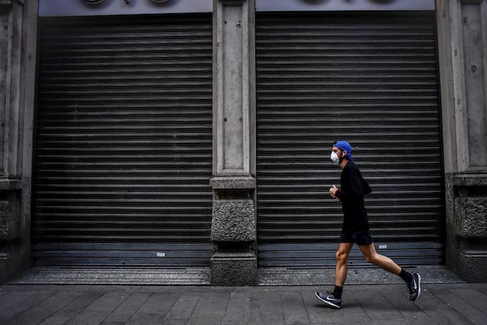 Un hombre corre en Milán, Italia, el domingo 15 de marzo de 2020. Foto: Claudio Furlan/LaPresse vía AP