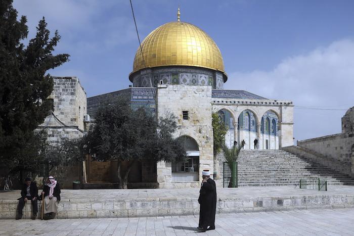 Un palestino camina por las calles de Jerusalén, el domingo 5 de marzo de 2020. Foto: Mahmoud Illean, AP