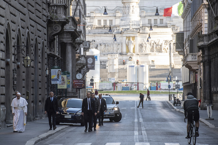 El Papa Francisco camina para llegar a la iglesia Marcello al Corso, en donde se ubica un crucifijo cargado en una procesión de 1552 en Roma para acabar con la gran plaga, el domingo 15 de marzo de 2020. Foto: Vatican News vía AP