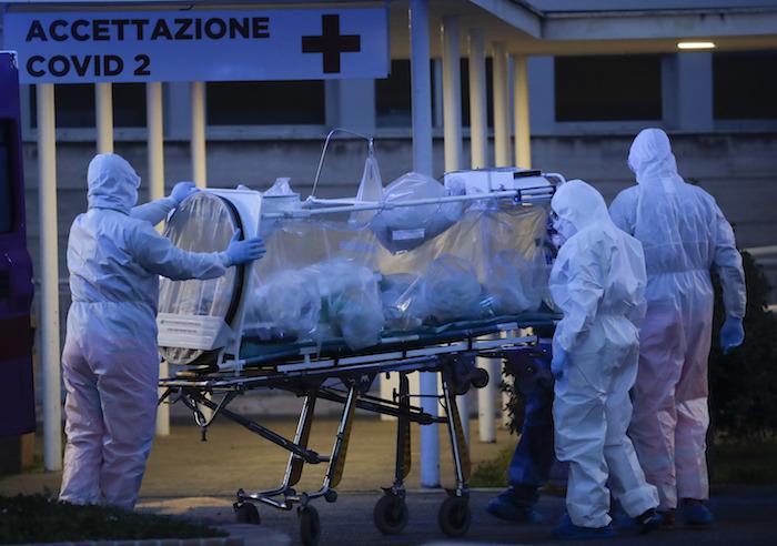 Un paciente es trasladado en una unidad de contención sobre una camilla, en el Hospital Columbus Covid 2 de Roma, el lunes 16 de marzo de 2020. Foto: Alessandra Tarantino, AP