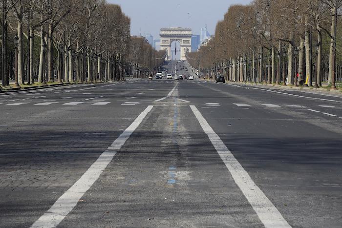Fotografía de archivo del 19 de marzo de 2020 de la prácticamente vacía avenida Campos Elíseos en París. Foto: Michel Euler, AP