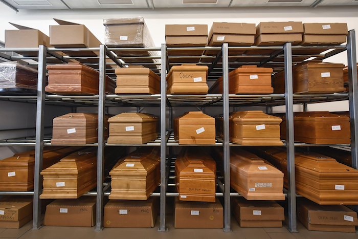 En esta foto de archivo del 23 de marzo de 2020, se ven ataúdes de víctimas de coronavirus colocados en estantes en el crematorio del templo de Piacenza, en el norte de Italia, a la espera de ser cremados. Foto: Claudio Furlan/LaPresse vía AP