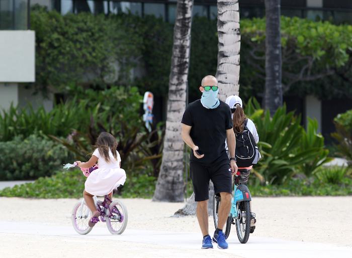 Un hombre utiliza una mascarilla mientras camina por Waikiki Beach, en Honolulú, el sábado 28 de marzo de 2020. Foto: Caleb Jones, AP