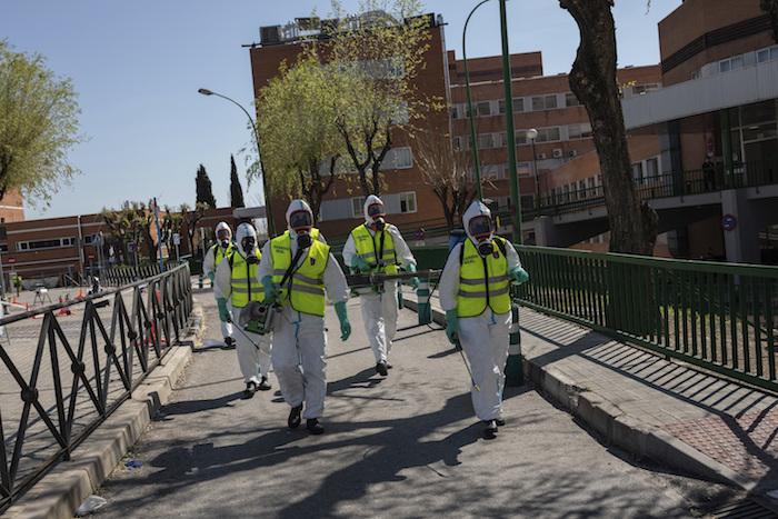 Soldados de la Guardia Real española desinfectan un hospital para evitar la propagación del nuevo coronavirus, en Madrid, España, el domingo 29 de marzo de 2020. Foto: Bernat Armangue, AP
